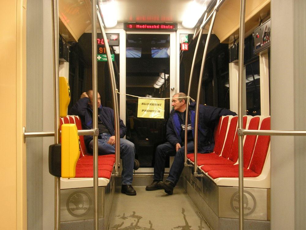 Přední článek vozu ev. č. 9111 sloužil v prvních dnech provozu jako prostor pro pracovníky Škody Transportation. (foto: Ing. Filip Jiřík)