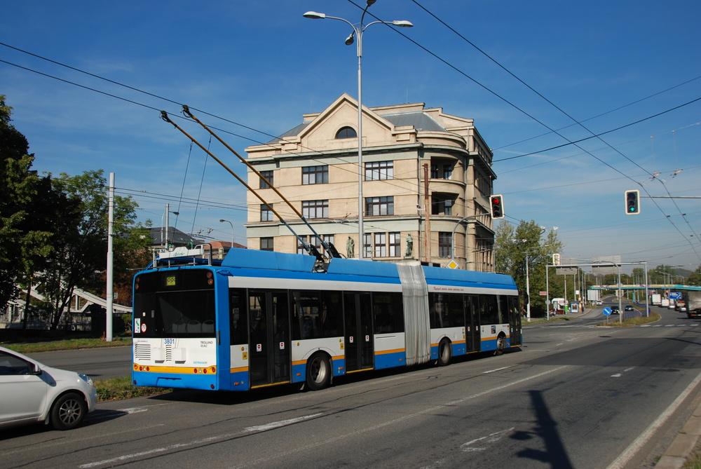 Trolejbus Solaris Trollino 18 AC se vrací z první zkušební jízdy na Hranečník v září 2015. Na snímku je zachycen u mostu Miloše Sýkory. (foto: Libor Hinčica)