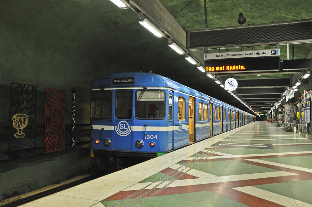 """Různými způsobem je vyzdobeno 90 ze 100 stanic stockholmského metra. V některých stanicích probíhají """"putovní"""" výstavy. (foto: Petr Malinovský)"""