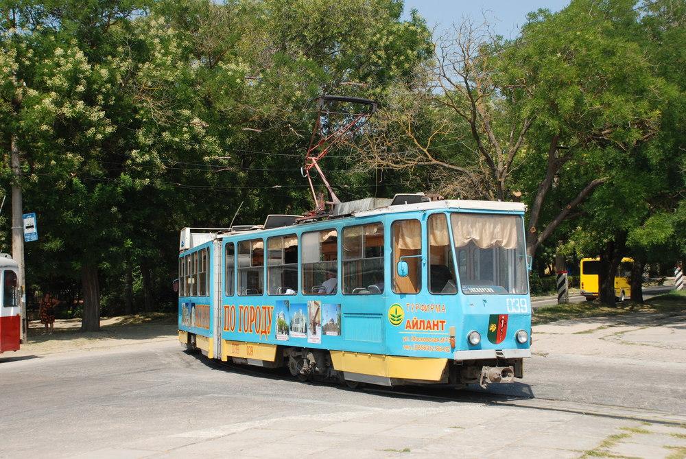 Obousměrná (nikoli však oboustranná) tramvaj KT4SU v Jevpatorii. Vůz je upraven pro turistické jízdy. (foto: Libor Hinčica)