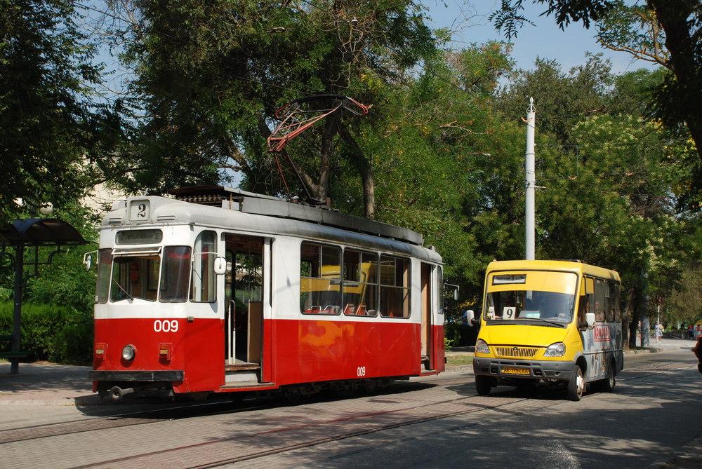 """V běžném provozu jsou stále i dvounápravové vozy Gotha T57, jež jsou v interiéru vybavené klasickými """"českými"""" laminátovými sedačkami. (foto: Libor Hinčica)"""
