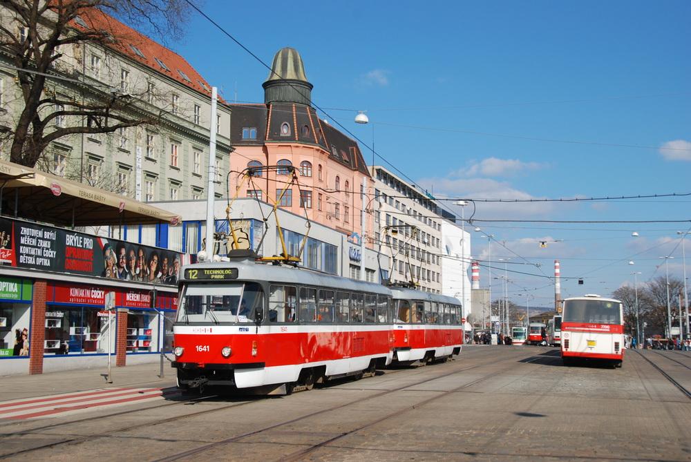 Řidič tramvaje v Brně má možnost řídit velké množství různých typů tramvají. Nejmodernějšími vozidly jsou tramvaje Škoda 13 T, které letos opět po letech nákupu vozů koncepce PCC doplní vozový park DPMB. (ilustrační foto: Libor Hinčica)
