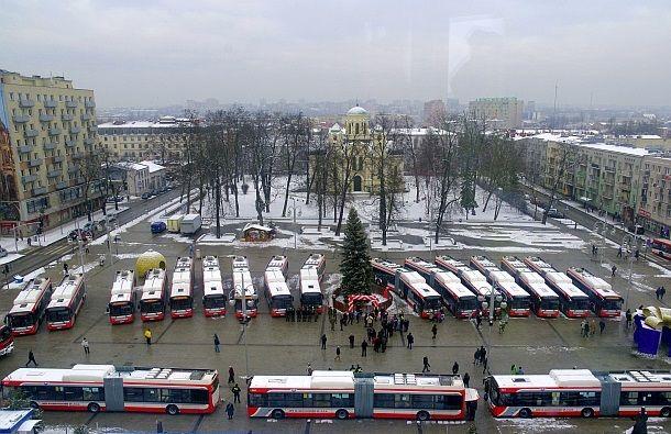 Prezentace hybridních autobusů na náměstí dne 8. 1. 2016. (zdroj: Solbus, foto: Piotr Radoliński)
