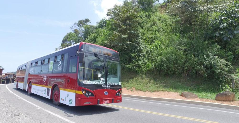 Vytvořil elektrobus, který zvládne ujet na jedno nabití 400 km, není v dnešní době až tak složité, zvlášť pokud má výrobce k dispozici vysokopodlažní vůz. (foto: BYD)