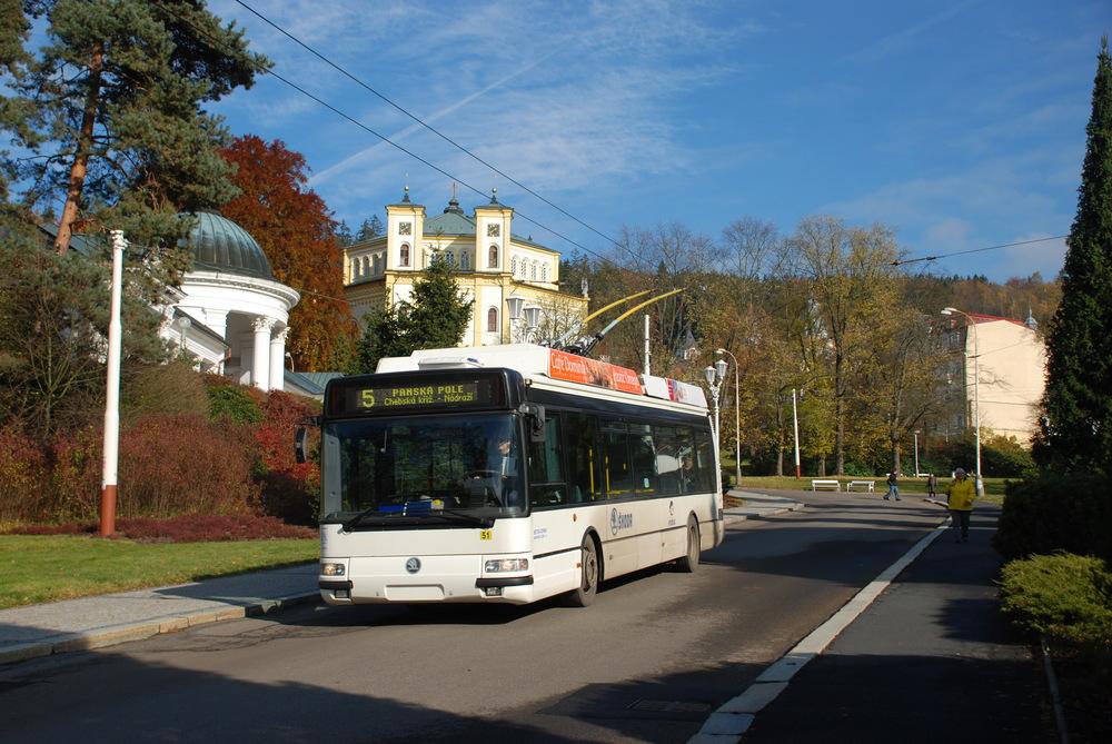 Prototypový trolejbus Škoda 24 Tr Irisbus projíždí okolo kolonády v Mariánských Lázních. (foto: Libor Hinčica)