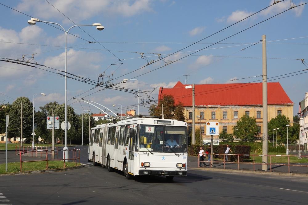 Symbolem chomutovsko-jirkovské trolejbusové sítě jsou vozy Škoda 15 Tr, které ve městě zahajovaly v roce 1995 provoz. (foto: Petr Nevyhoštěný)