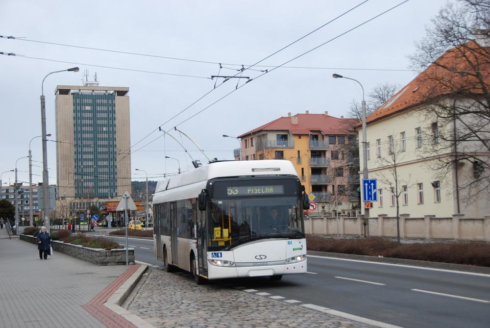 Dopravce má k dispozici také několik nízkopodlažních 12m trolejbusů Solaris Trollino 12 AC. (foto: Libor Hinčica)