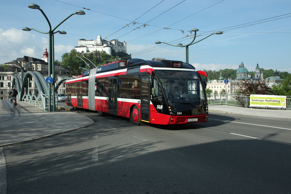 Za hlavní město moderních trolejbusů je považován Salzburg. Na výrobě trolejbusů pro rodiště Mozarta se podílejí také české společnosti. Vozy s futuristickým designem MetroStyle jsou od letošího roku pořizovány jako parciální trolejbusy s bateriemi. Město přesto hodlá stavět i zcela nové tratě.(foto: ČS Dopravák)