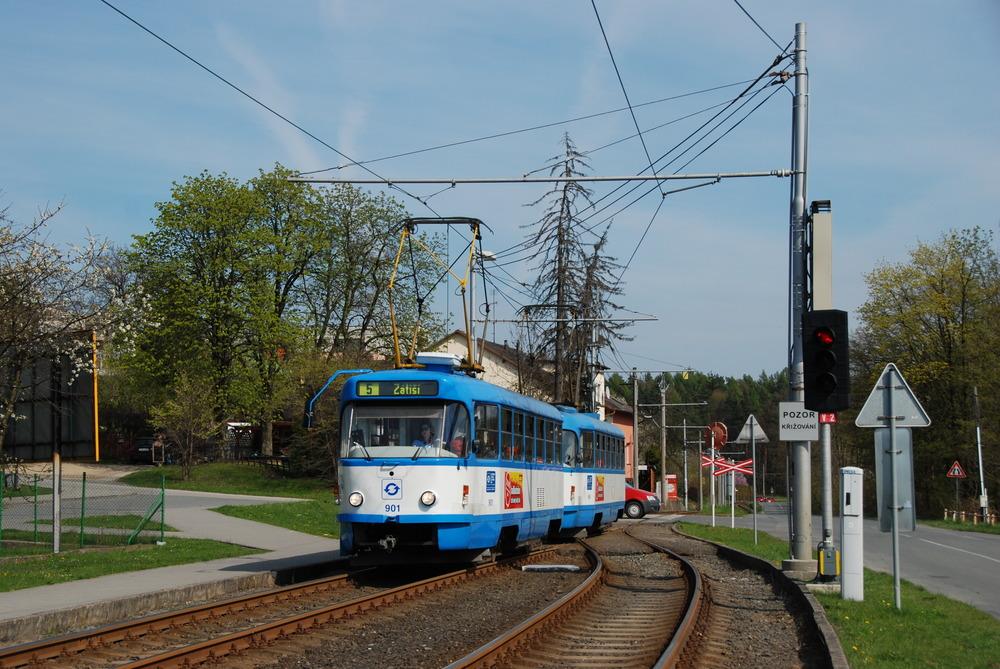 Vůz T3SU ev. č. 901 byl nasazován zejména na linku č. 5. Na fotografii je zachycen ve výhybně Dolní Lhota. (foto: Libor Hinčica)