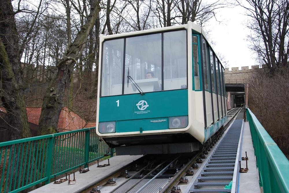 Vozy lanové dráhy na Petřín pocházejí z vagónky Studénka. Na původních podvozcích z roku 1932 byla postavena v 80. letech nová skříň. (foto: DPP)