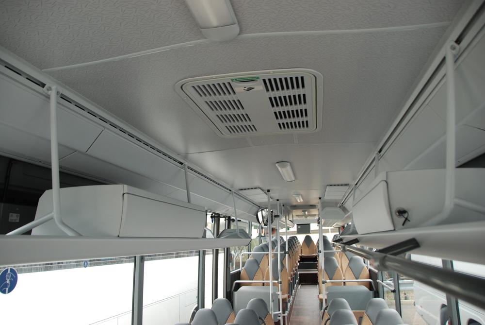 Řešení stropní partie autobusu s uzamykatelnými schránami. (foto: Libor Hinčica)