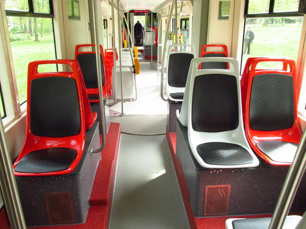 Pohled na upravený interiér s příčnými sedadly. (foto: Ing. Filip Jiřík)