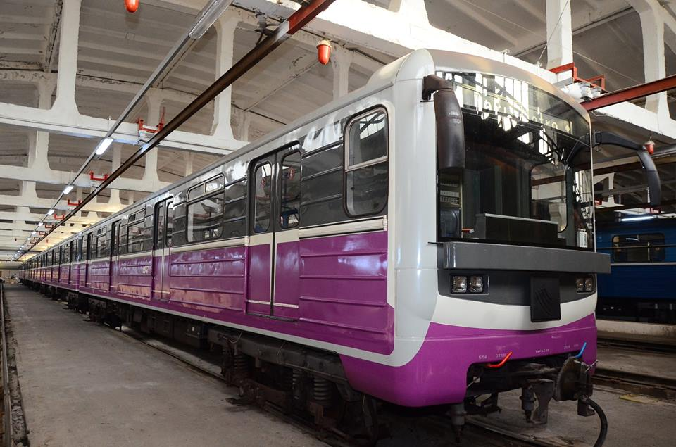 Jedna z modernizovaných jednotek metra pro Baku na bázi řady 81-71. (zdroj: Wikipedia.org)