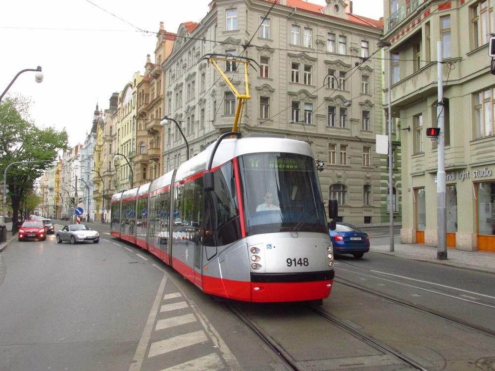 Tramvaj v netradičním barevném schématu se poprvé objevila v provozu na lince č. 17. (foto: Ing. Filip Jiřík)