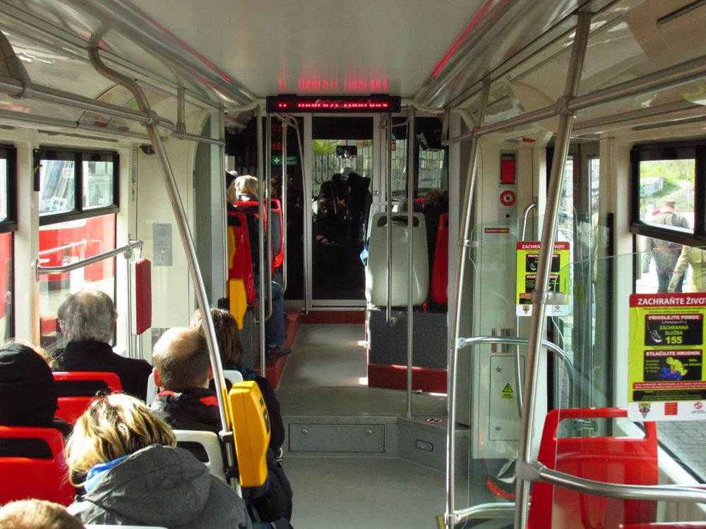 Pohled do interiéru s cestujícími. Z obrázku je dobře patrná změna uspořádání sedadel ve vyvýšeném oddíle. (foto: Ing. Filip Jiřík)
