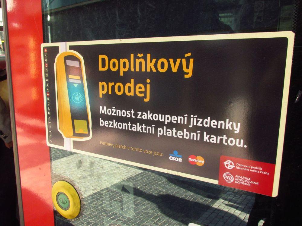 Na možnost zakoupení jízdenky jsou cestující upozorňování nálepkami na dveřích vozidel. (foto: Ing. Filip Jiřík)