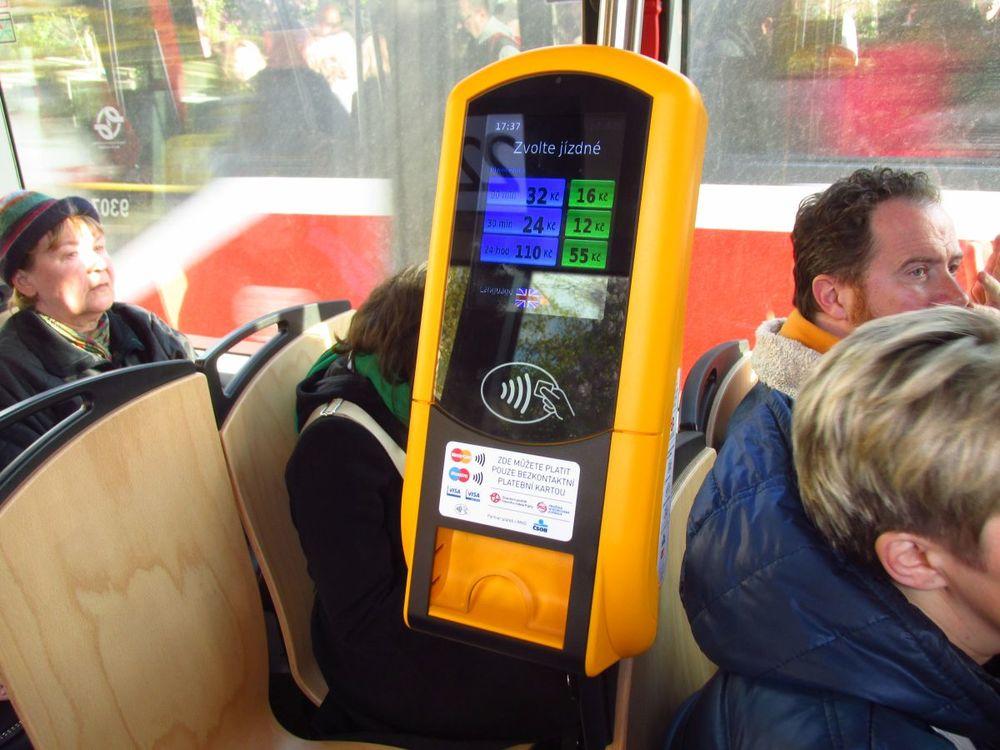 Ceník jízdného v tramvajích je identický s tím klasickým. Platba je možná pouze platební kartou, díky čemuž mohou mít automaty kompaktní rezměry. (foto: Ing. Filip Jiřík)