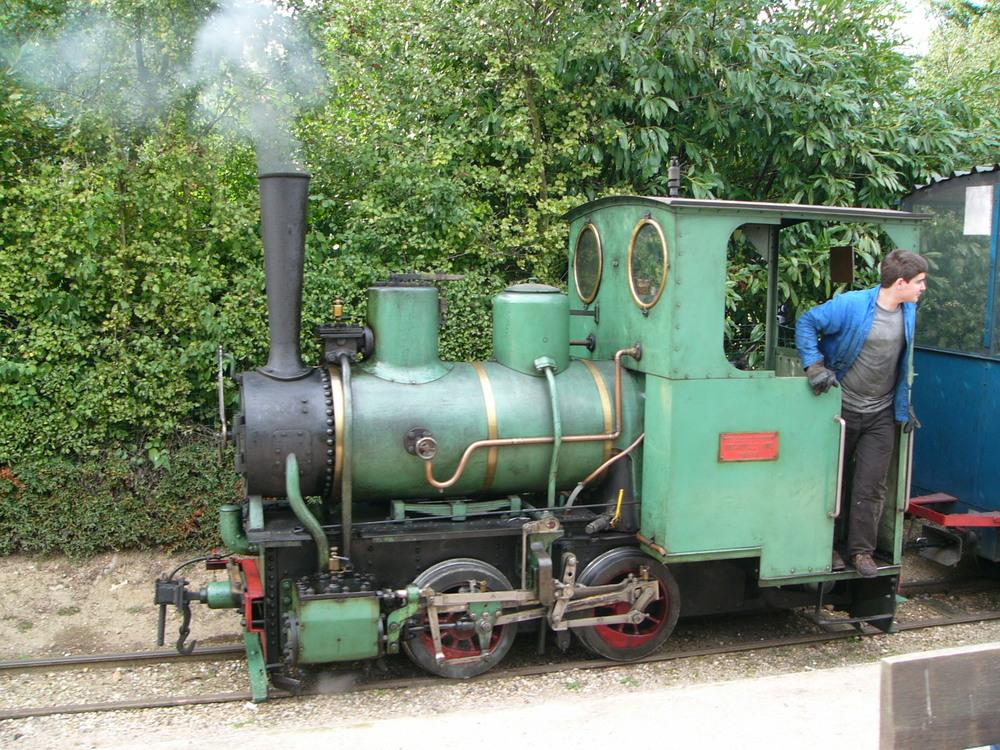 Za vynálezce polních drah je považován Francouz Paul Decauville, který brzy ruční pohon nahradil párou a vyráběl vlastní malé lokomotivy a veškeré příslušenství. Z Francie si systém určený pro armádu našel cestu do Japonska i do městské dopravy. (zdroj: Wikipedia.org)