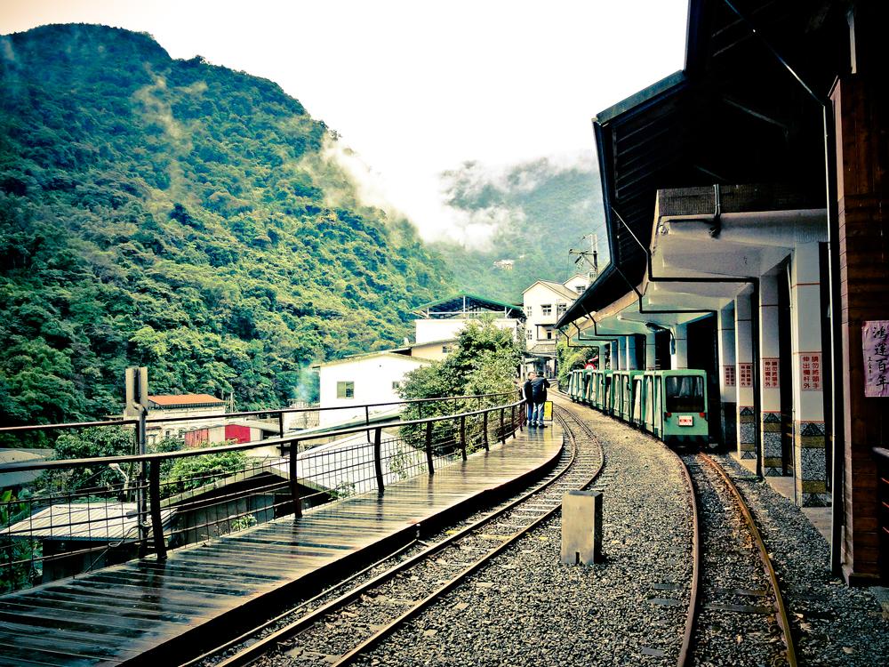 Poslední provoz tramvají na ruční pohon (byť jen coby turistická atrakce) existoval na Tchaj-wanu. Zrušen byl až v roce 2000 a dnes vagónky tahají v ucelených soupravách dieselové lokomotivy. (zdroj: therewillbeasia.com)