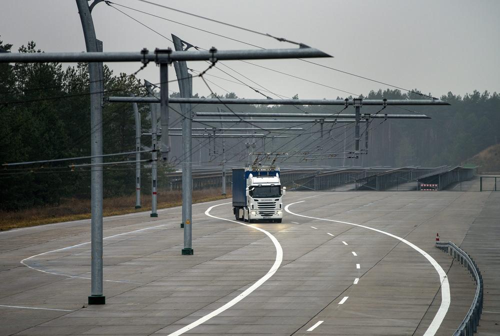 """Pohled na zkušební """"trolejbusovou"""" dráhu pro kamiony. (foto: Scania)"""