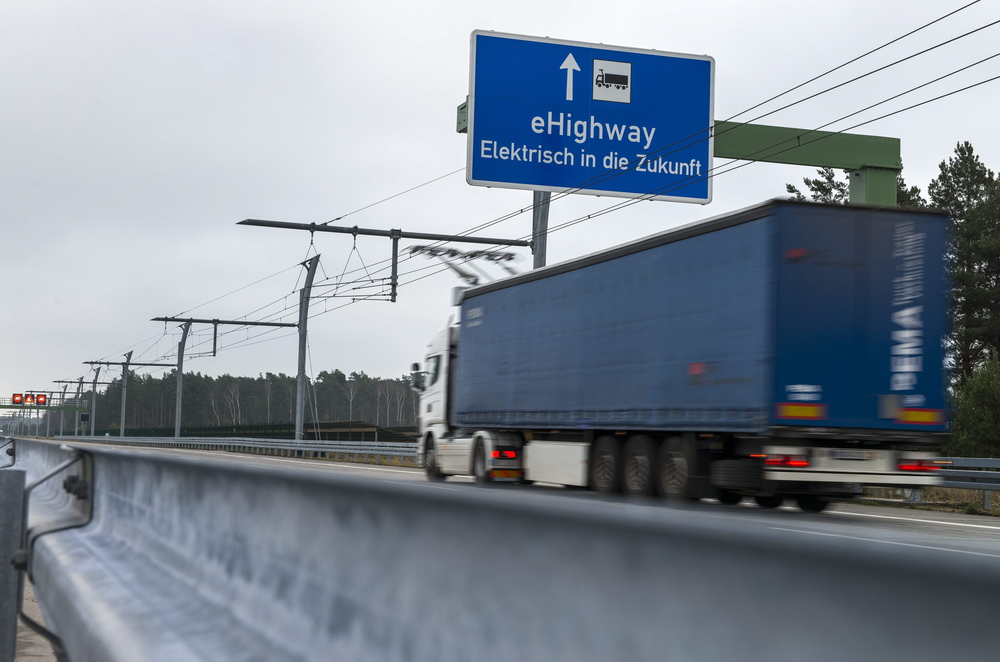 Bez drátů to nepůjde. Pokud chce splnit Švédsko svůj plán bezemisní dopravy, bude muset více vsázet na elektrické dopravní prostředky, a to ve městech i mezi nimi. (foto: Scania)