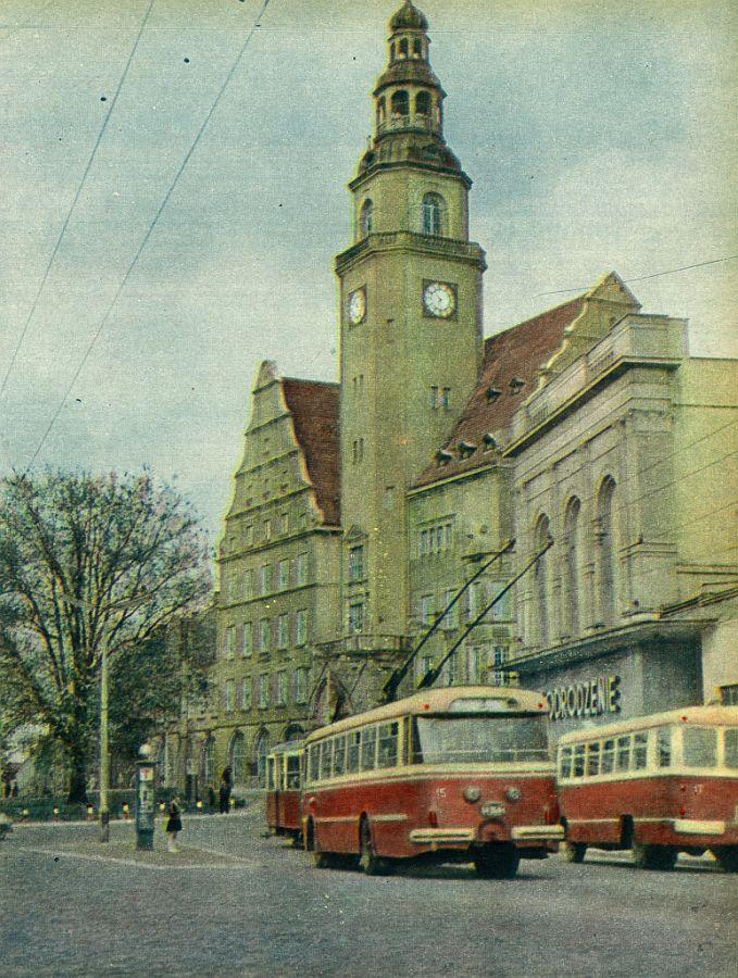 Ve městě dříve kromě tramvají sloužily také trolejbusy, a to včetně těch z Československa. Na obrázku vidíme jeden z vozů Škoda 9 Tr. I o trolejbusech si budete moct přečíst v čísle 2/2016 časopisu Československý Dopravák. (sbírka: Marcin Bobiński)