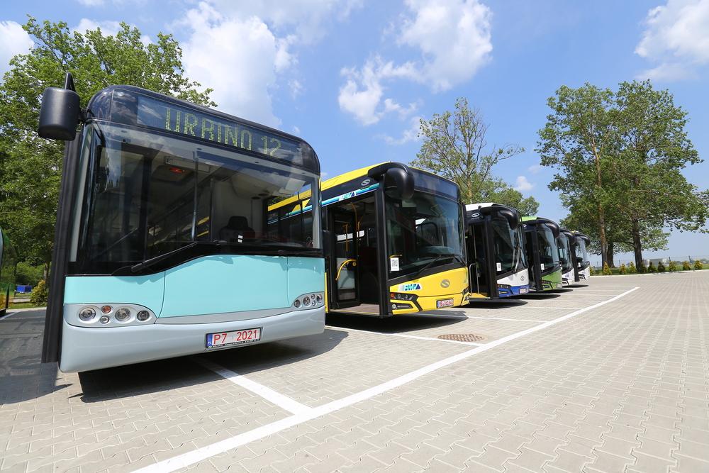 Kromě novinek se na polygonu představil také historický autobus od Solarisu - jeden z prvních vyrobených vozů Urbino 12, jenž byl vzorově rekonstruován. Žlutý vůz vedle něj rovněž stojí za pozornost, byť se jedná o standardní diesel. Autobus byl však vybaven tažným zařízením pro osobní přívěs. (foto: Solaris Bus & Coach)