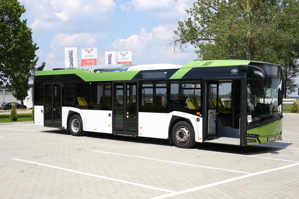 Hybridní autobus Solaris Urbino postavený na platformě Nového Urbina je nedresný prototyp. Konfigurací ale odpovídá vozidlům pro Francii. Povšimněte si absence střešní plenty. Vůz v době zkoušek totiž ještě nebyl zcela dokončen. (foto: Solaris Bus & Coach)