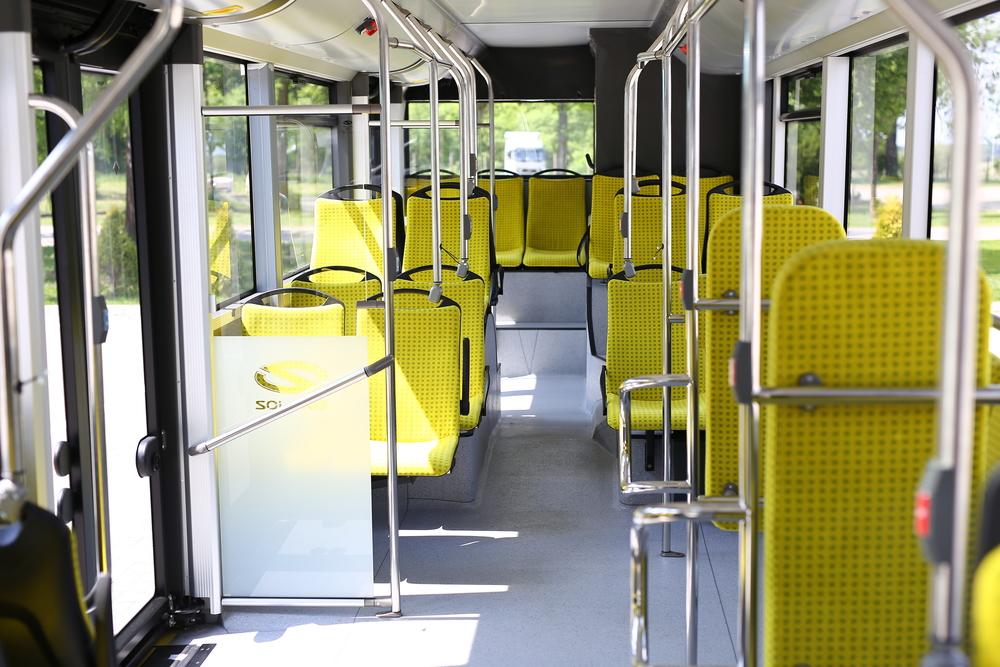 Interiér hybridního autobusu. Použit je speciální antibakteriální potah, který umožňuje čalounění sedaček bez toho, že by se musela řešit následně otázka hygieny. Jedná se tedy o vynikající alternativu k plastovým a dřevěným sedadlům, která nejsou tolik pohodlná. (foto: Solaris Bus & Coach)