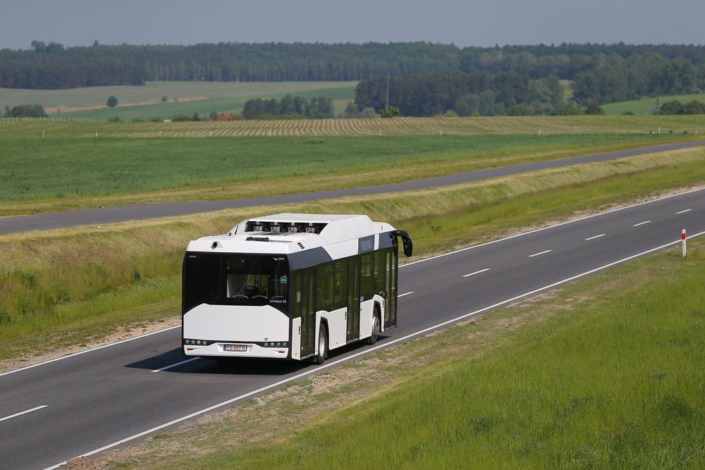 Zadní pohled na téže vozidlo. Záměrně zde používáme snímky pořízené z vyšší perspektivy, protože rozdíl oproti dieselovému vozu je díky designovému řešení při pohledu cestujícího takřka nerozeznatelný a láhve jsou prakticky neviditelné. (foto: Solaris Bus & Coach)