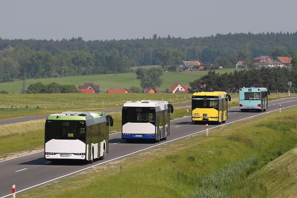 Rozloučíme se tímto záběrem na čtveřici vozů Solaris Urbino v různých provedeních. Kolonu vede historický vůz následovaný autobusem pro německého zákazníka (s tažným zařízením), dále autobus pro polský Kraków v dieselové verzi a hybridní vůz nejblíže fotografovi. (foto: Solaris Bus & Coach)