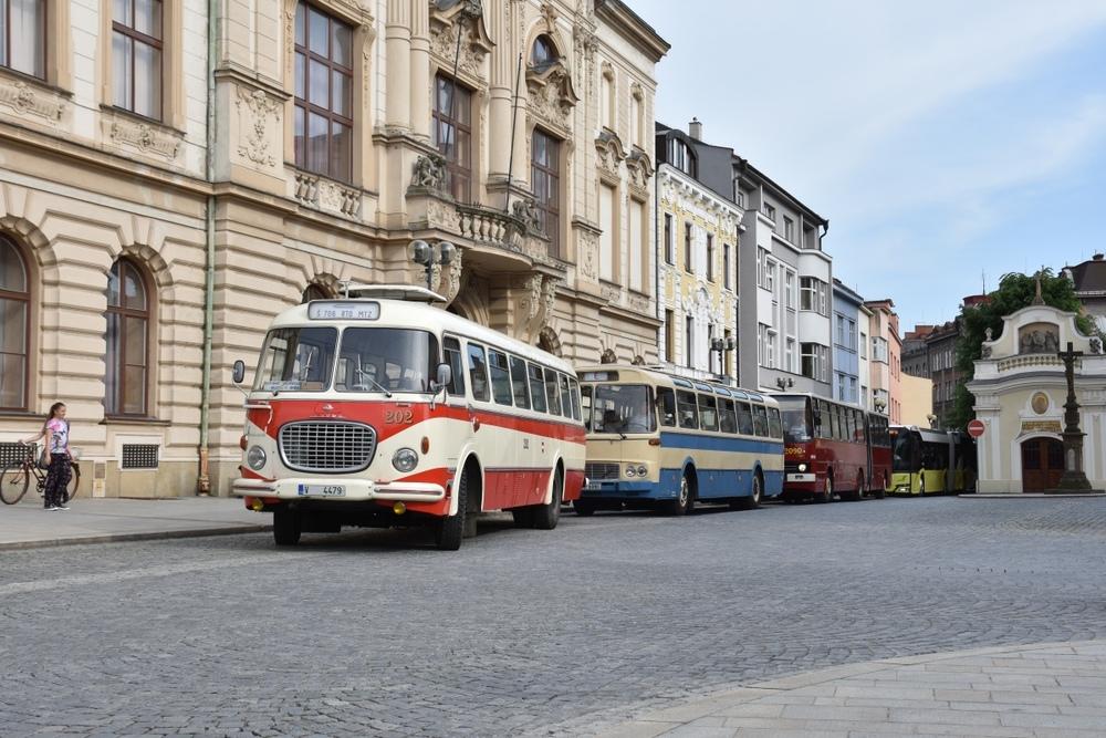 Na přerovské náměstí právě vjíždí průvod autobusů, které se ve městě prezentovaly v sobotu dne 28. 5. 2016. V čele je možné vidět vůz Škoda 706 RTO MTZ zapůjčený z TM Brno. (foto: Miroslav Halász)
