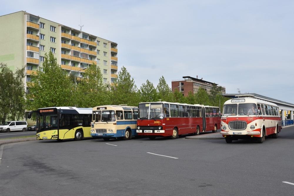 Solaris Urbino 18 v provedení Nové Urbino ve společnosti autobusů Karosa ŠL11, Ikarus 280.08 a Škoda 706 RTO na přerovském autobusovém nádraží. (foto: Miroslav Halász)