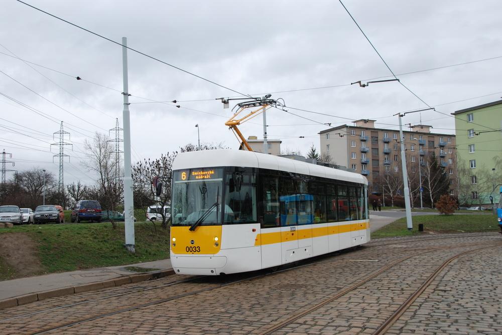 Prototyp vozu EVO1 ev. č. 0033 během zkoušek v Praze na smyčce Spořilov. (foto: Libor Hinčica)