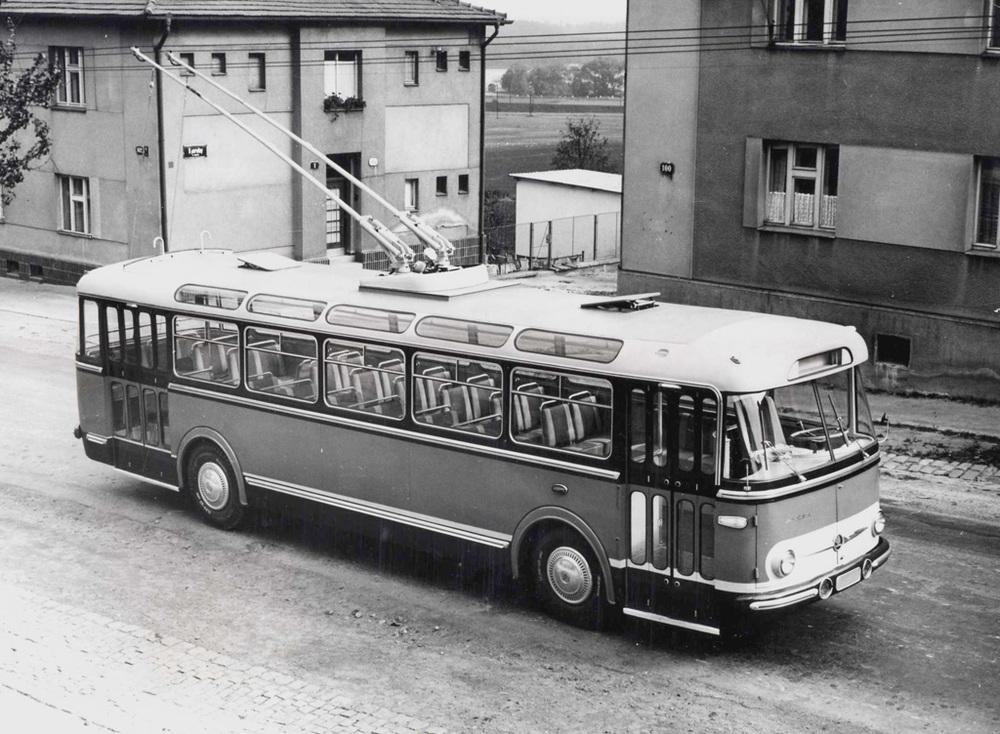 Prototyp Škoda 9 Tr v tzv. lázeňském provedení. Povšimněte si okének v oblině střechy i čtyř řad sedadel v interiéru. (sbírka: Libor Hinčica)