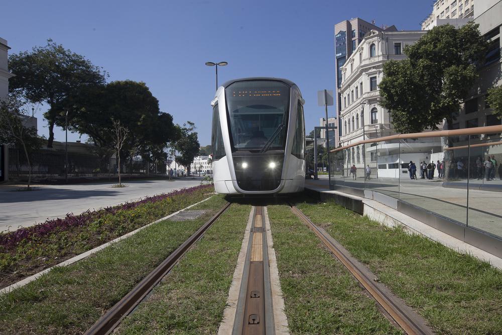 Tramvaje pro nový systém, jenž je napájen spodním přívodem proudu, dodal francouzský Alstom. Povšimněte si citlivého architektonického řešení nové trati i zastávky. (foto: Alstom)