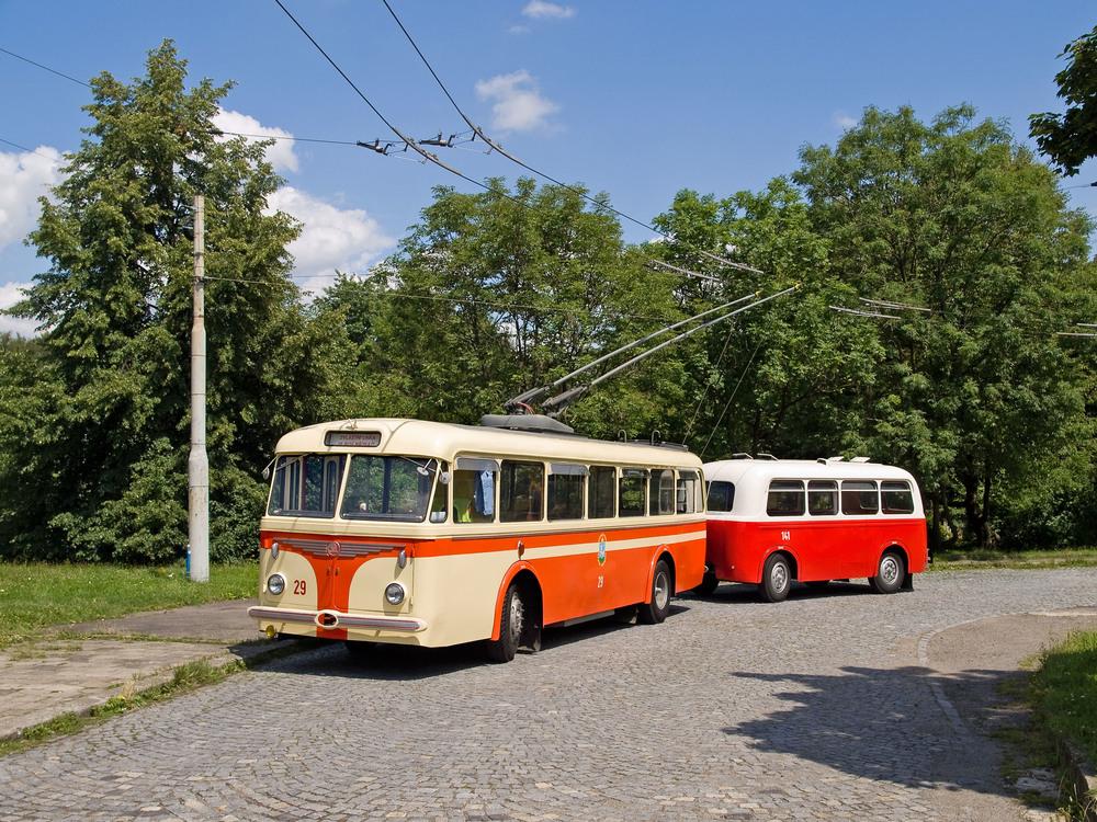 """Původní lakování historické """"osmičky"""". Odstín červené barvy se bohužel při lakování v roce 1998 nepodařil zcela správně zvolit, a tak byl trolejbus spíše oranžový, což kontrastovalo především ve spojení s vlekem B 40. (foto: Miroslav Halász)"""