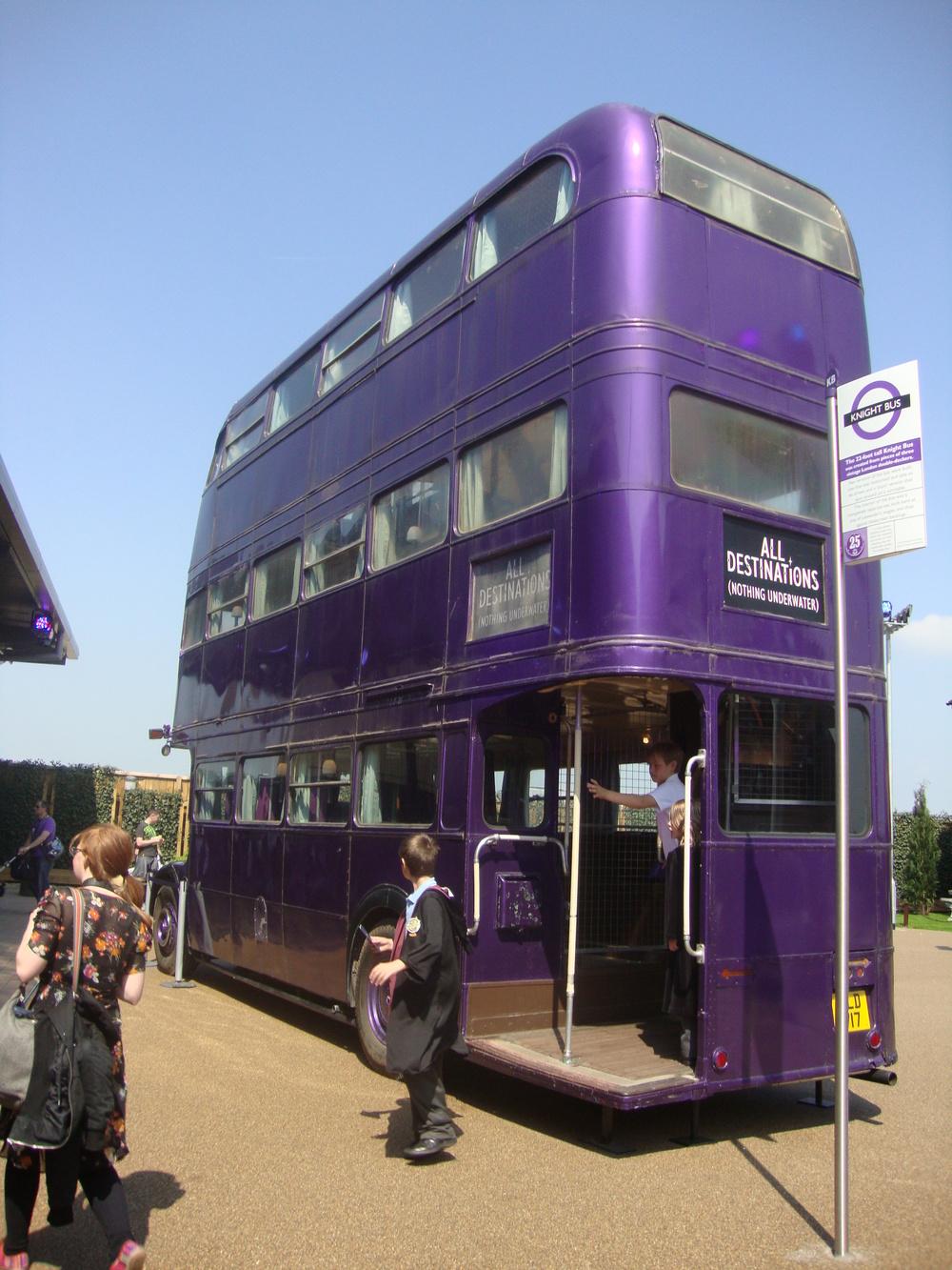 Zadní pohled na autobus, jenž vznikl z celkem tří vozů AEC Regent III RT. (zdroj: englandexpedition.com)