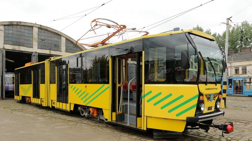 Netradiční pojetí modernizace československé tramvaje KT4SU ev. č. 1053. (zdroj a foto: www.zaxid.net)