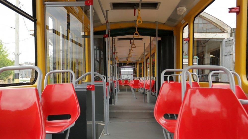 V interiéru se toho po modernizaci příliš nezměnilo. Novou protiskluzovou podlahu doplňují staré sedačky. (zdroj a foto: www.zaxid.net)