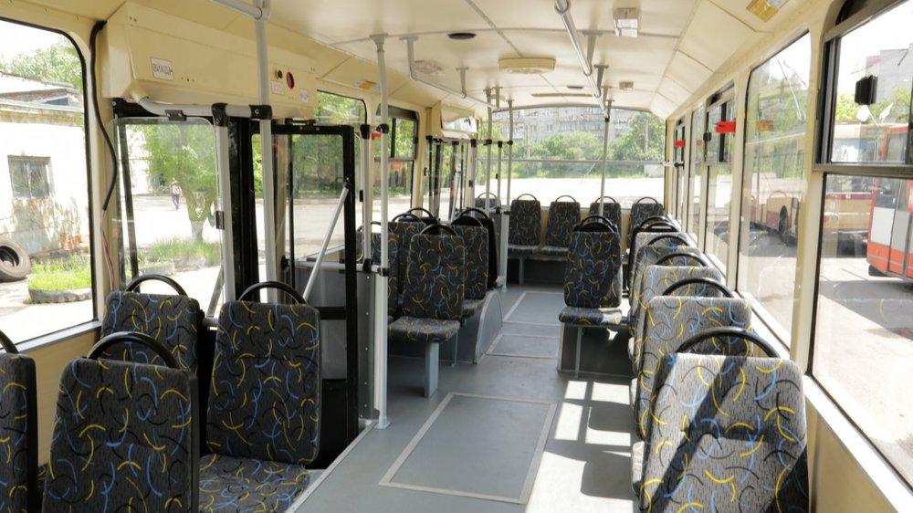 """Interiér """"čtrnáctky"""" se na rozdíl od tramvaje KT4SU nového vzhledu dočkal. (zdroj a foto: www.zaxid.net)"""