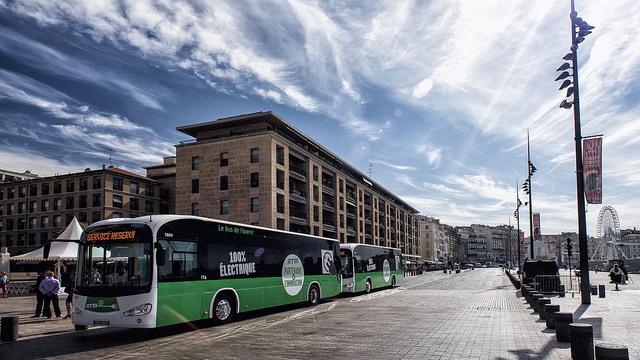 Elektrobusy Irizar I2e na nábřeží v Marseille před předáním do provozu. (foto: Irizar)