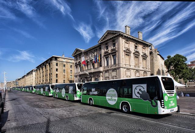 Všech šest autobusů Irizar I2e na nábřeží v Marseille. (foto: Irizar)