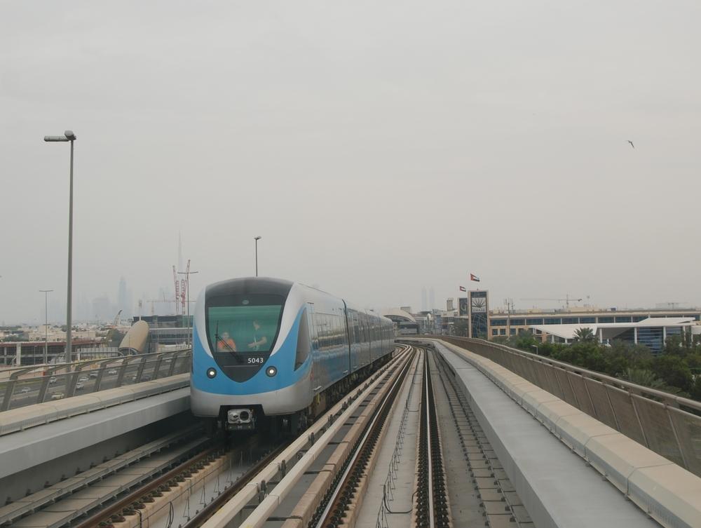 Jeden z největších systémů automaticky řízeného metra naleznete v Dubaji. Čelní kabina slouží jako oblíbená pozorovatelna pro turisty. (foto: Libor Hinčica)