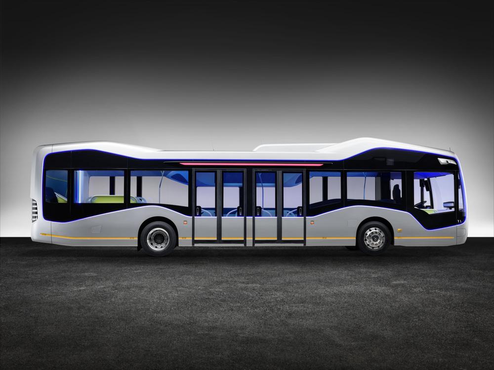 Výměna cestujících je zajištěna skrze dvoje dvoukřídlé dveře uprostřed karoserie. (foto: EvoBus)