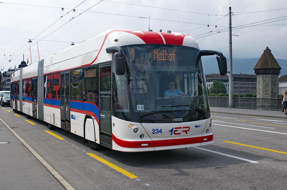 Tříčlánkový trolejbus výrobce HESS z druhé dodávky z roku 2009. Nyní dodávané trolejbusy jsou prakticky identické. Namísto nápisu 1ER na čele je ale použito logo Rbus. (foto: HESS)