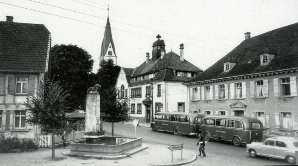 Autobus s přívěsem na historické fotografii z 50. let. (sbírka: Městský archiv Kostnice/Stadarchiv Konstanz)