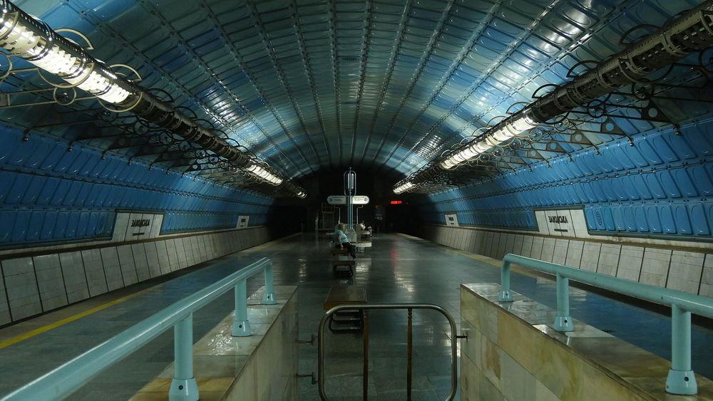 Za hodinu metro v Dnipru průměrně přepraví v obou směrech okolo 1 100 cestujících. To zhruba odpovídá pěti plně obsazeným soupravám dvou vozů T3. Běžný obrázek metra v Dnipru tedy v mimošpičkových časech vypadá tak, jak nám představuje tento snímek ze stanice Zavodska. (zdroj: Wikipedia.org)