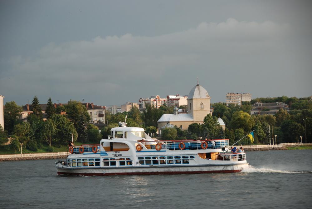 Loď s netradiční kabinou kapitána postavenou za využití čel trolejbusu Škoda 9 Tr. (foto: Libor Hinčica)