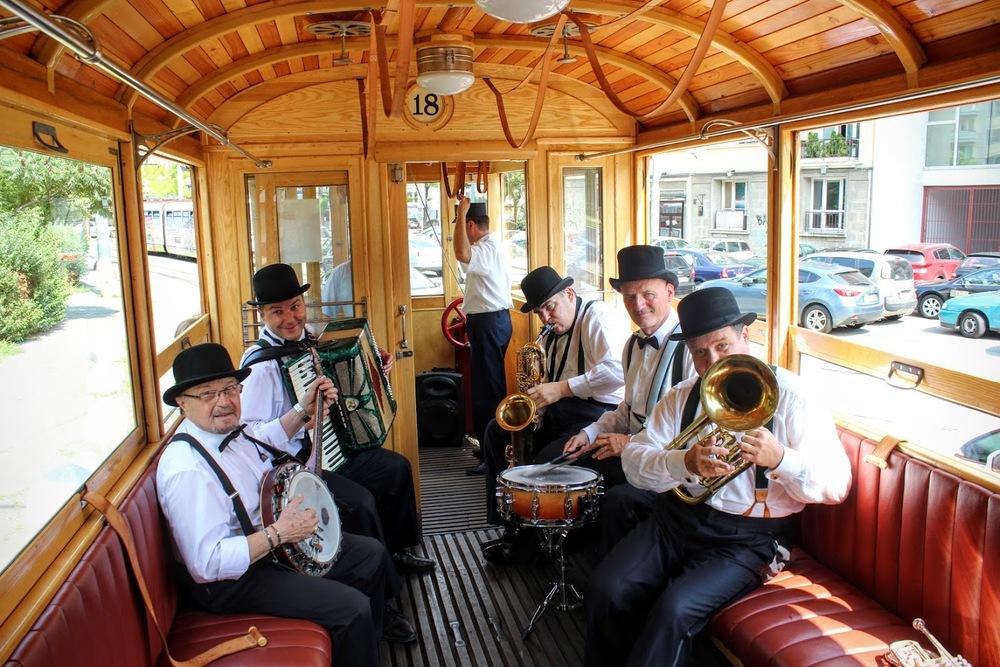 ečerné jazdy spríjemňuje živá hudba. Na fotke retro swingová kapela Funny Felows.